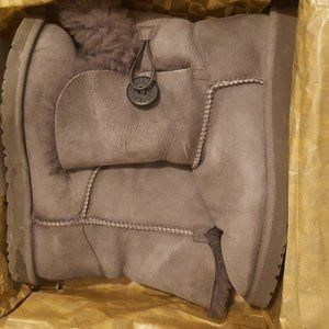 UGG Bailey Button Size 8 Womens